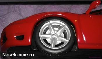 Логотип Феррари на колесных дисках у модели из основной серии ferrari collection