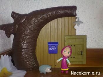 Фигурка Маши и фрагмент Домика Медведя